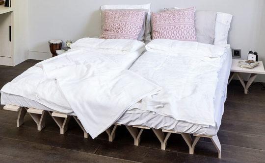 futon na łóżku